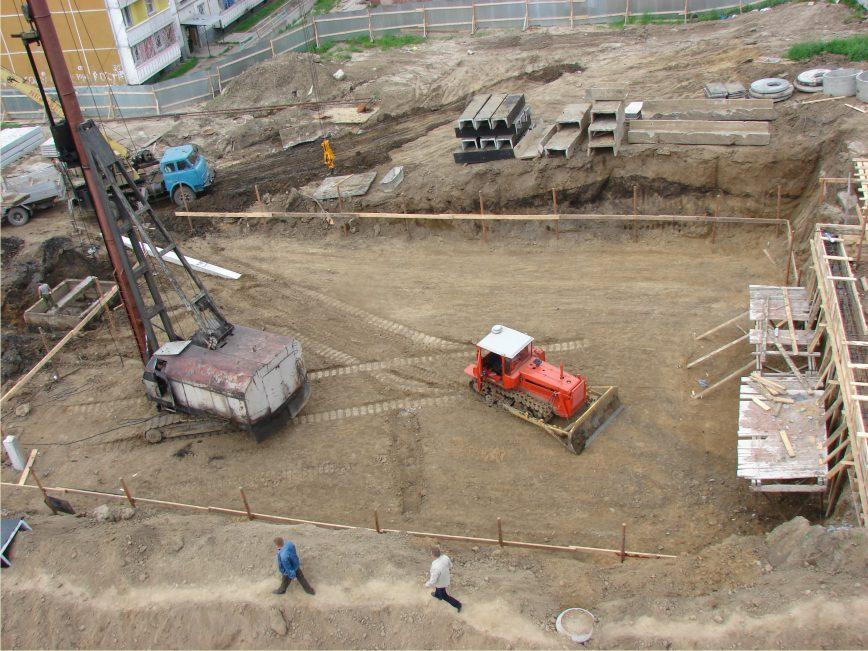 Подготовленная к свайным работам строительная площадка