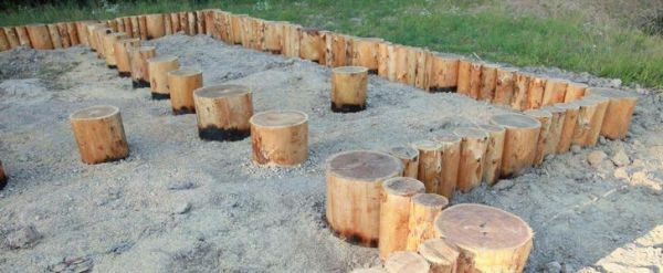 Опорно-столбчатый фундамент из бревен
